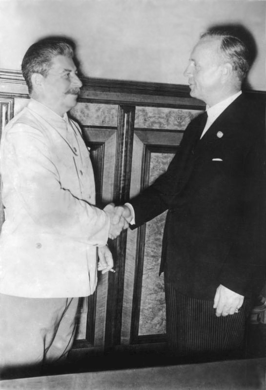 Joseph Staline et Joachim von Ribbentrop.
