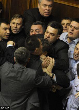 Tyahnybok prend son métier de parlementaire à bras-le-corps avec son nouveau groupe parlementaire, surtout avec les députés communistes.
