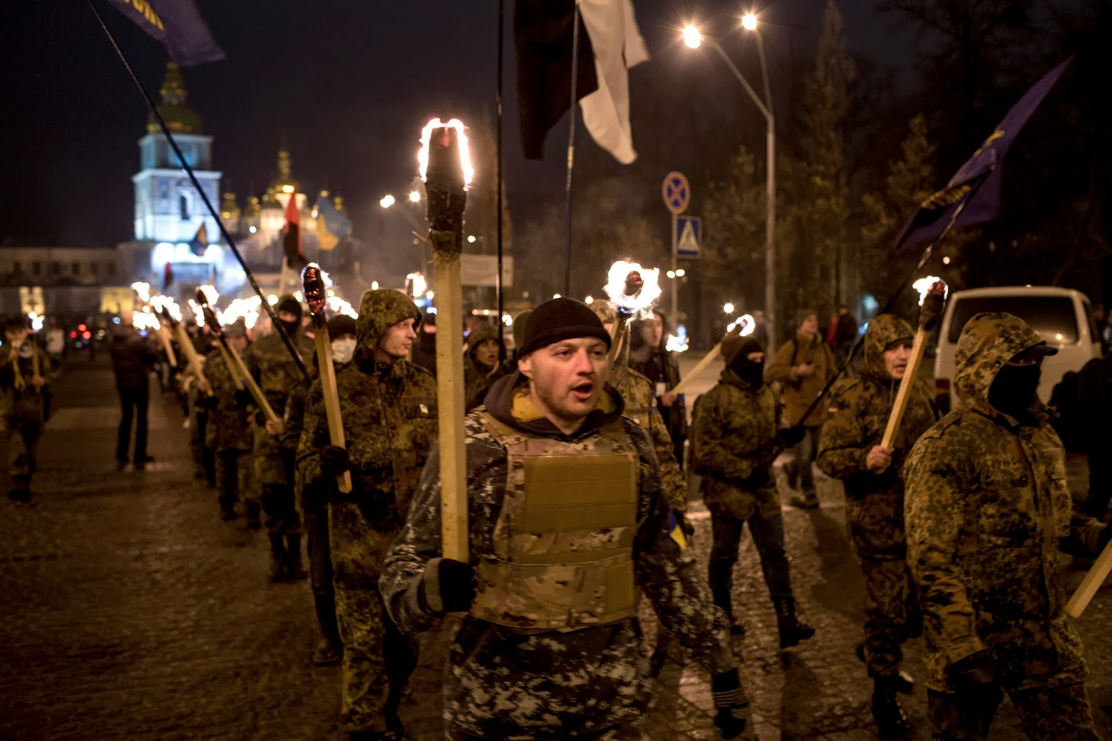 Défilé Svoboda la nuit aux flambeaux