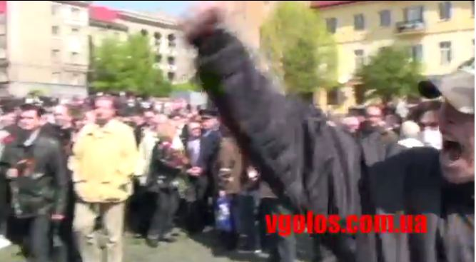 le 9 mai 2011 - (anniversaire de la fin de la guerre) ,  troupes de skinheads à Lviv pour perturber la cérémonie avec les anciens combattants de la Seconde Guerre mondiale