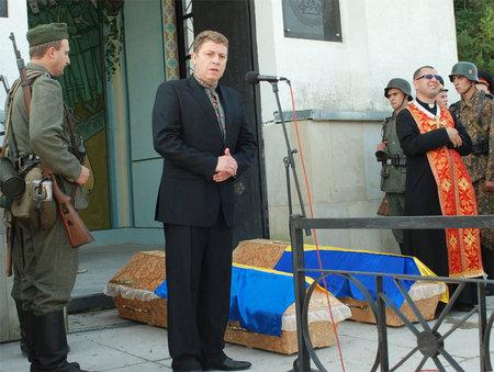 Oleg Pankevich de Svoboda à la cérémonie de ré-inhumation de la division Waffen-SS Galicie (retrouvés dans un terrain) le 28 juillet 2013 à Gologory en Galicie