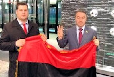 Igor Mirochnitchenko se fait photographier avec le drapeau de l'UPA et le salut Svoboda au Siege de la FIFA fin 2013