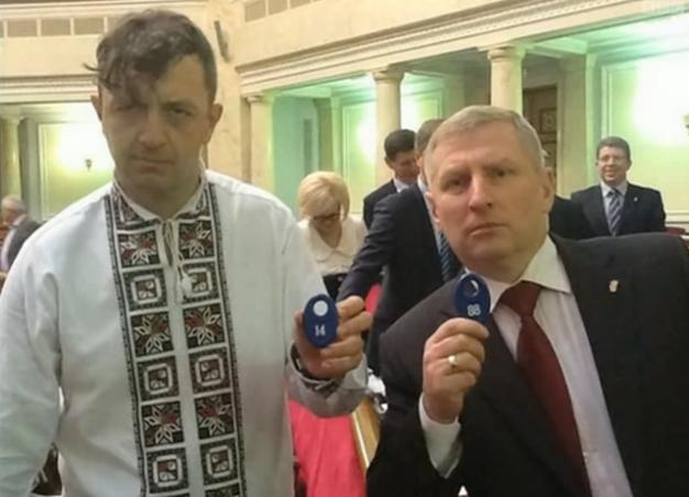 Edouard Leonov et Ruslan Zellik montrent ici 2 chiffres de reconnaissance néo-nazis (88 = HH = Heil Hitler et 14 = les 14 mots du suprémaciste blanc David Lane)