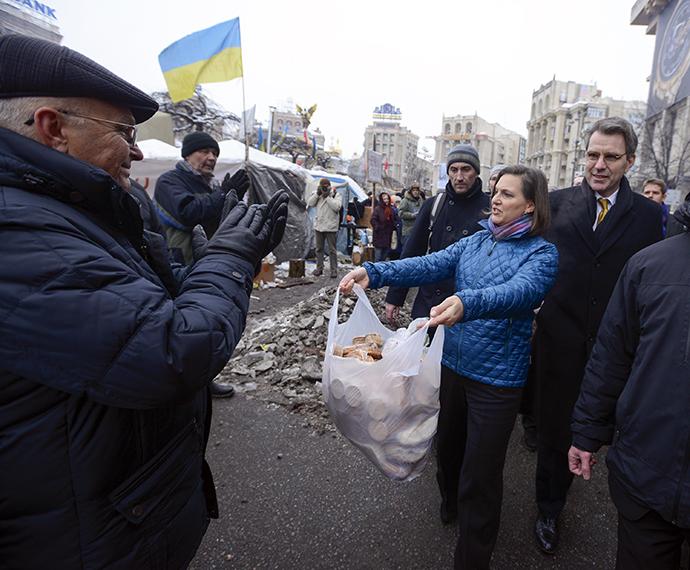 Affrontements en Ukraine : Ce qui est caché par les médias et les partis politiques pro-européens - Page 2 23-nulland-pyatt-kiev-12-2013