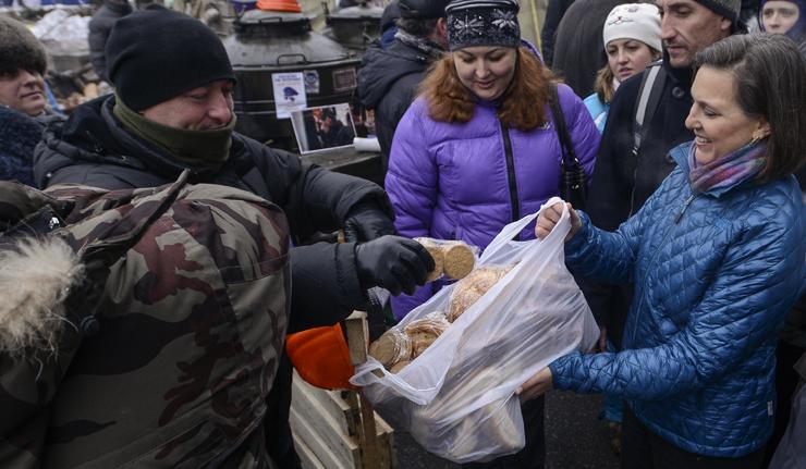 Affrontements en Ukraine : Ce qui est caché par les médias et les partis politiques pro-européens - Page 2 24-nulland-pyatt-kiev-12-2013