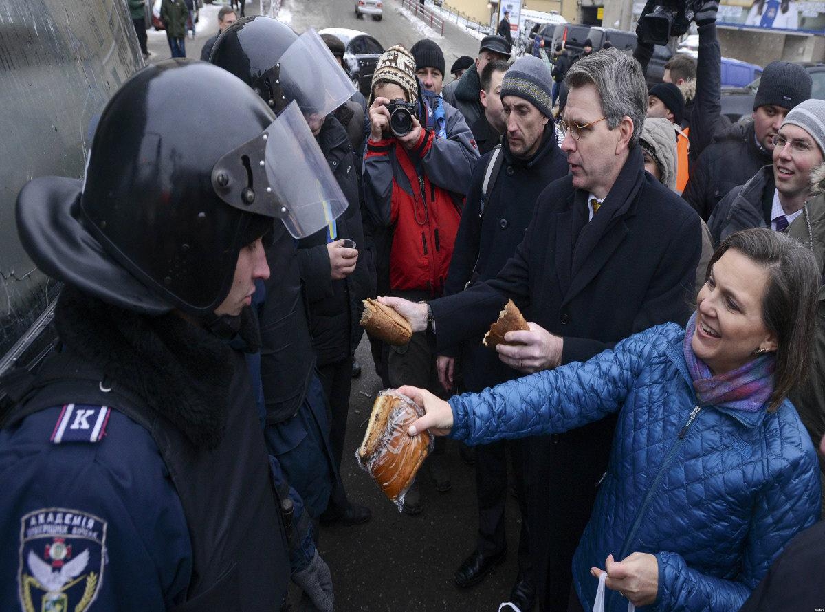 Affrontements en Ukraine : Ce qui est caché par les médias et les partis politiques pro-européens - Page 2 26-nulland-pyatt-kiev-12-2013