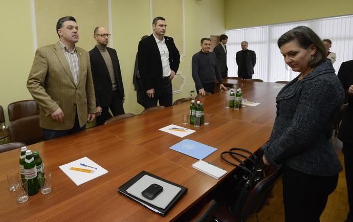 Affrontements en Ukraine : Ce qui est caché par les médias et les partis politiques pro-européens - Page 2 28-victoria-nuland-opposition-kiev-svoboda