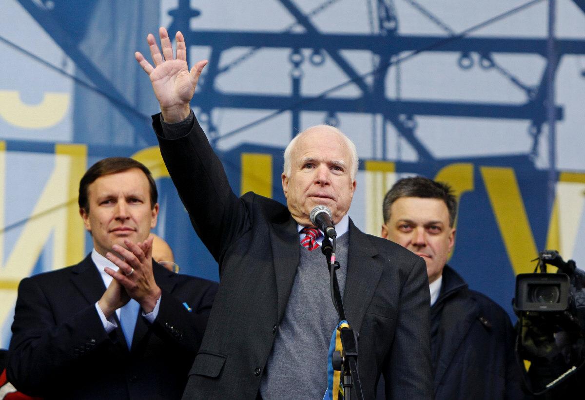 Affrontements en Ukraine : Ce qui est caché par les médias et les partis politiques pro-européens - Page 2 31-mc-cain-kiev-12-2013-svoboda