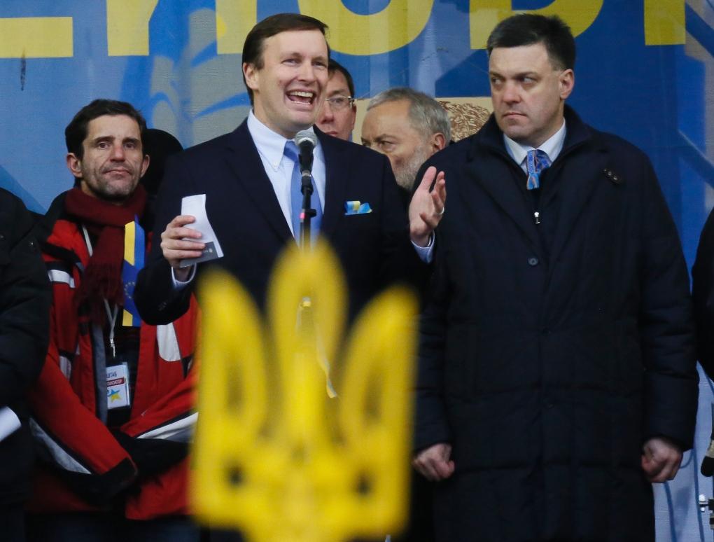 Affrontements en Ukraine : Ce qui est caché par les médias et les partis politiques pro-européens - Page 2 32-murphy-kiev-12-2013-svoboda