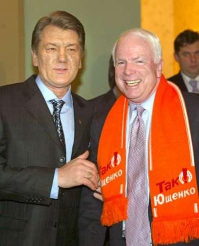 Affrontements en Ukraine : Ce qui est caché par les médias et les partis politiques pro-européens - Page 2 38-ioutchenko-mccain-02-2005