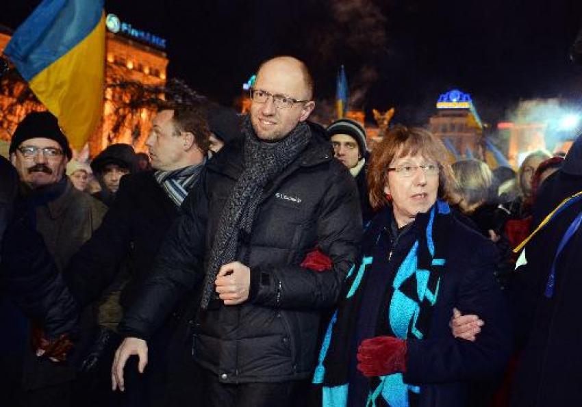 Affrontements en Ukraine : Ce qui est caché par les médias et les partis politiques pro-européens - Page 2 41-iatseniouk-ashton-12-2013