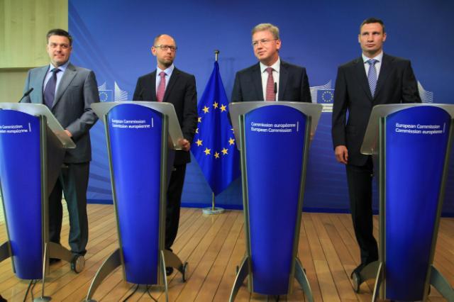 Affrontements en Ukraine : Ce qui est caché par les médias et les partis politiques pro-européens - Page 2 56-oleh-tyahnybok-arseni-iatseniouk-stefan-fuele-et-vitaliy-klitschko