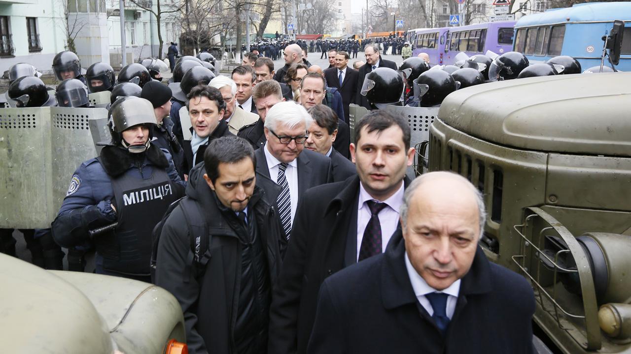 Affrontements en Ukraine : Ce qui est caché par les médias et les partis politiques pro-européens - Page 2 57-fabius-kiev